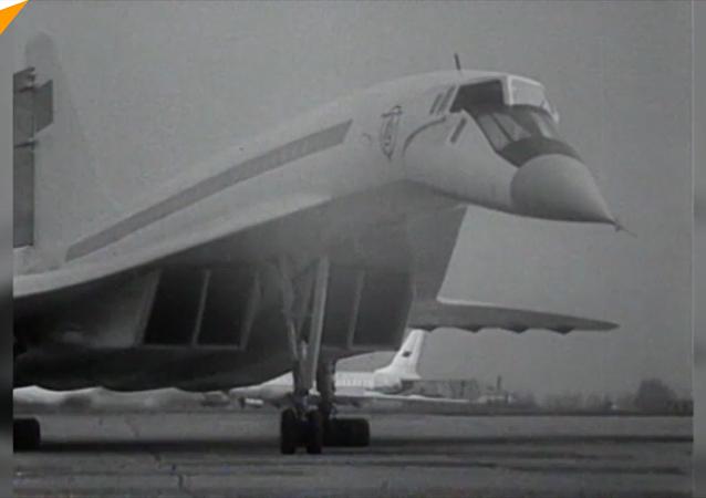 世界上首架超音速民航客机图-144诞生50周年