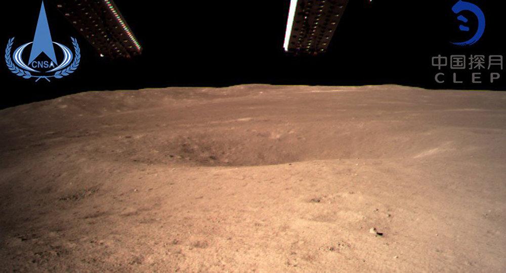 中国嫦娥四号探测器传回首批月背影像图
