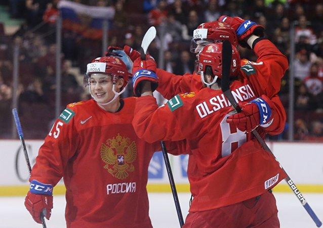 俄罗斯队在世界青年冰球锦标赛首场比赛中击败美国队