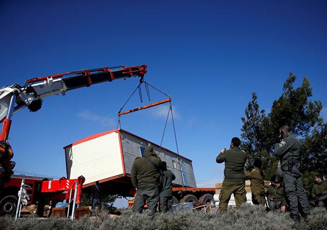 五名以色列警察在疏散阿莫纳定居者的冲突中受伤
