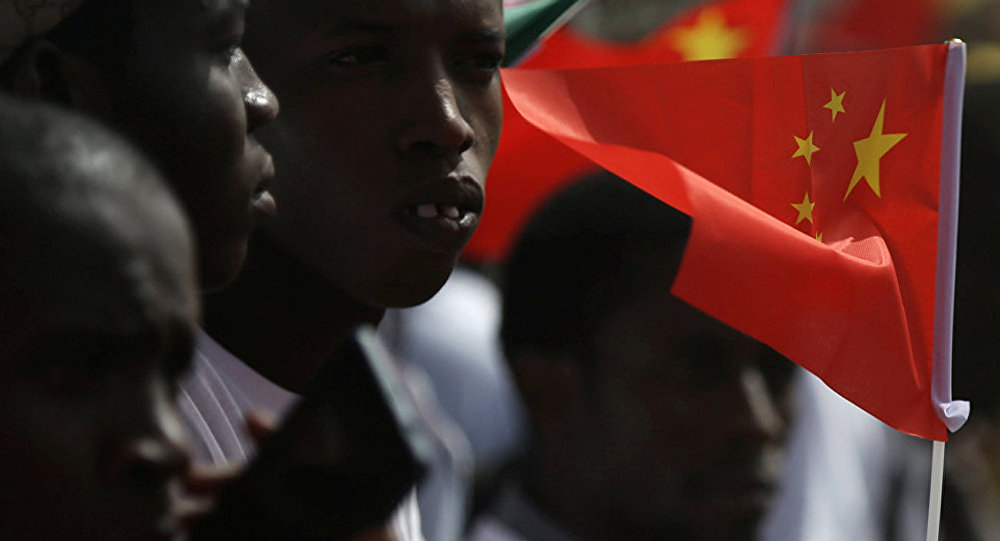 Senegalese accept the Chinese delegation at the airport with Chinese flags in their hands