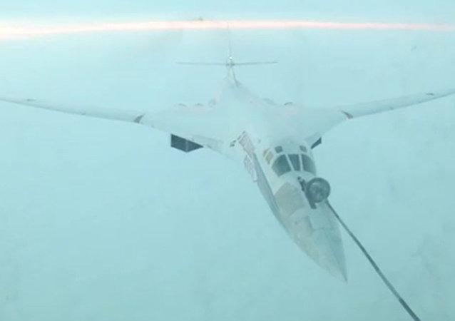 俄国防部发布图-160和图-95MS战略导弹轰炸机空中加油的视频