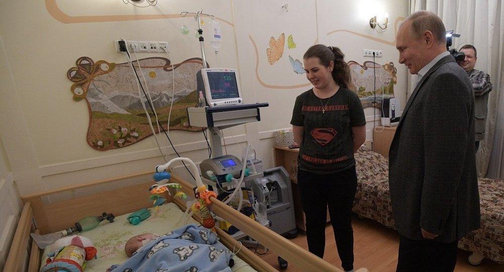 癌症病患儿童把自己手绘的新年枞树装饰玩具赠送给普京