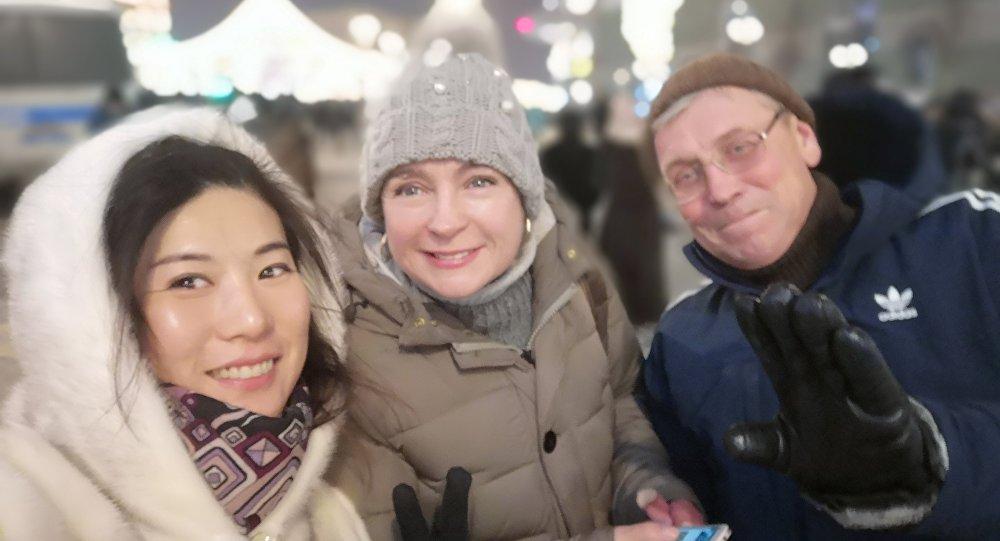 夏女士和她的俄罗斯朋友们一起在红场上过年