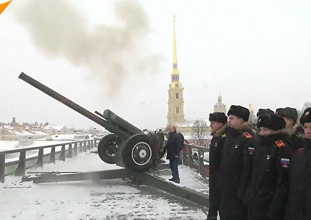 普京在彼得堡罗要塞发射大炮