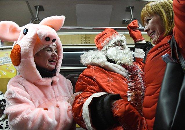 新年假期期间莫斯科地铁的遗失物包括圣诞老人的手杖和其他200多件物品