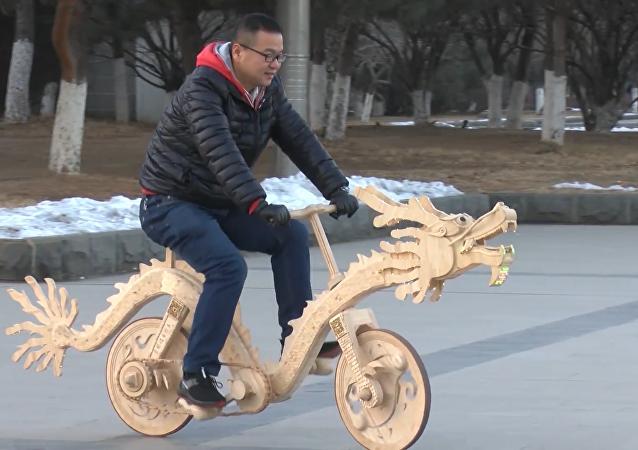 电焊小哥用雪糕棍打造自行车