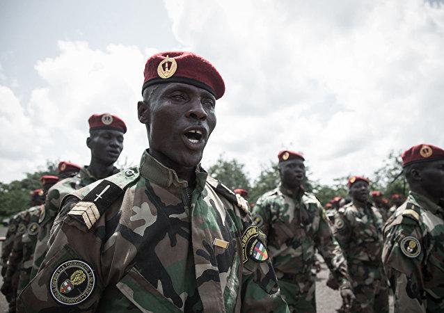 Новобранцы Центральноафриканских вооруженных сил в образовательном армейском центре в Беренго