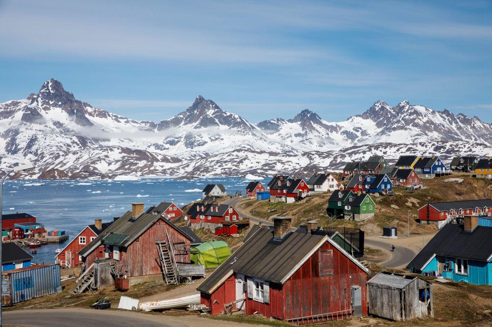 白雪皑皑的高山耸立在海港和塔西拉克镇的上空,格陵兰岛