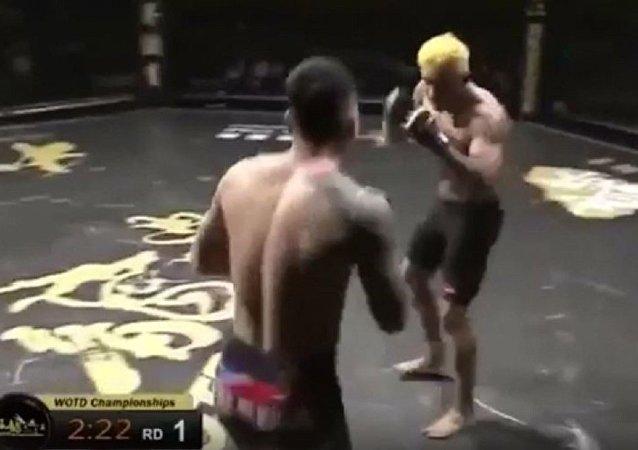 韩国综合格斗选手以年度最不可思议的方式击倒对手获胜