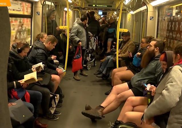 不穿裤子乘地铁