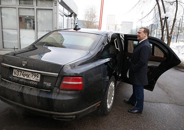 """俄总理车库将配备""""车队""""项目国产车"""