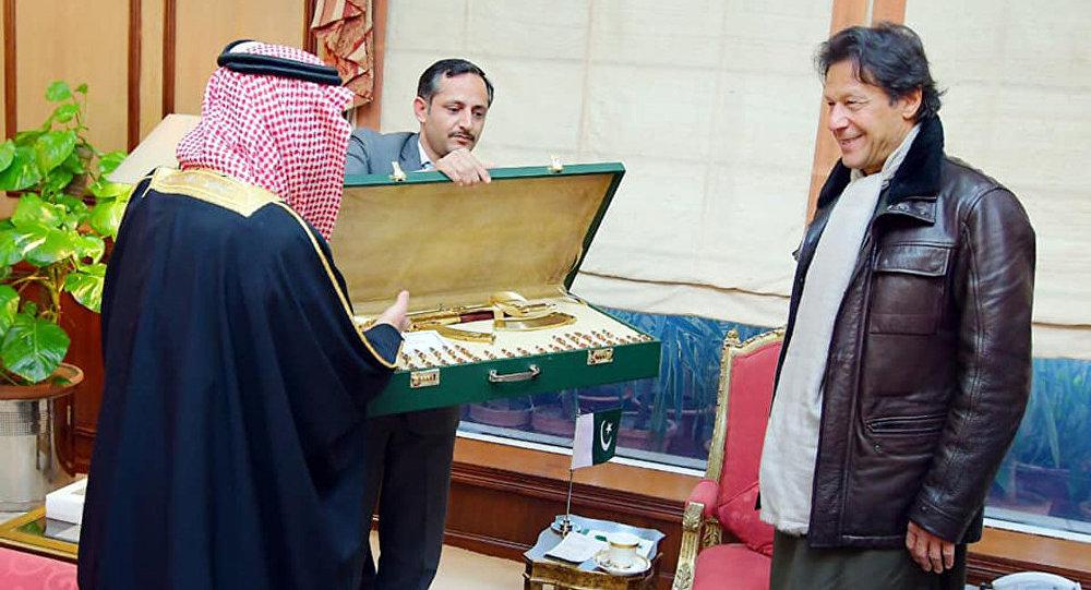 巴基斯坦总理获赠一镀金卡拉什尼科夫自动步枪