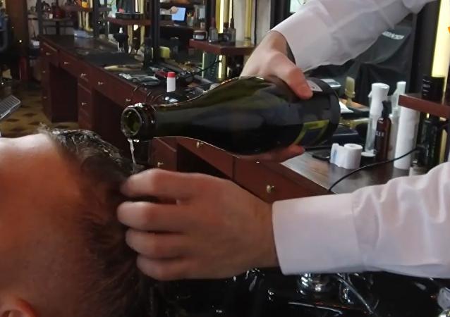 俄罗斯理发师用香槟给顾客洗头