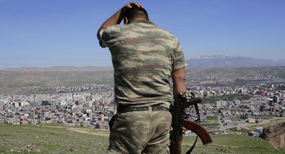 Турецкий после тяжелых боев между правительственными войсками и курдскими боевиками в курдском городе Джизре на юго-востоке Турции. Архивное фото
