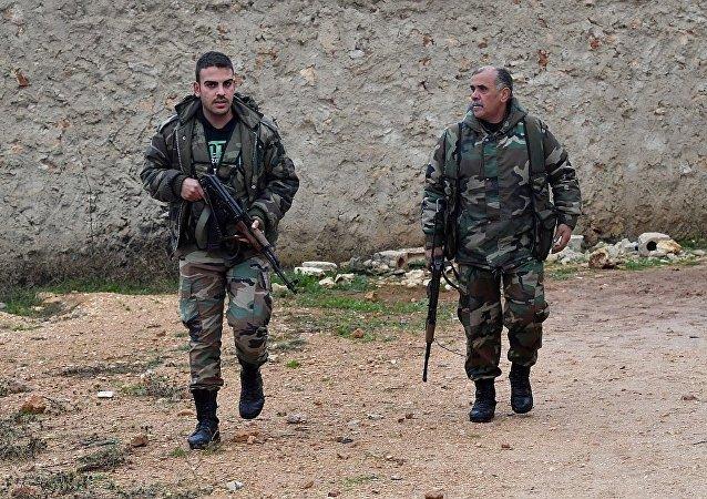 叙利亚政府军人在曼比季