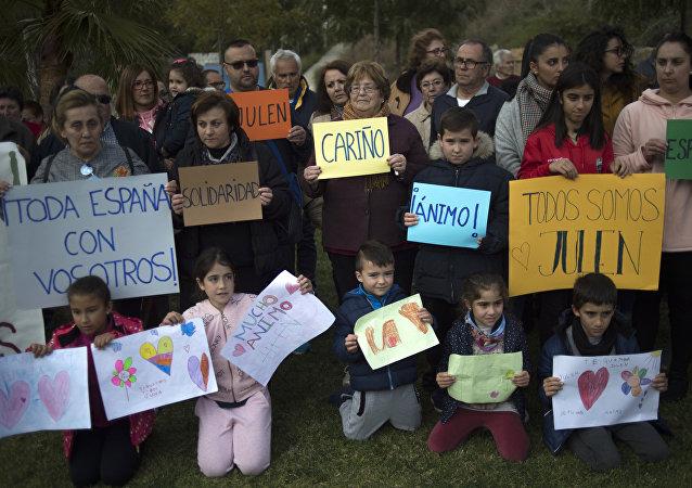 在西班牙托塔兰镇前所未有的拯救一名两岁男孩的行动仍在继续