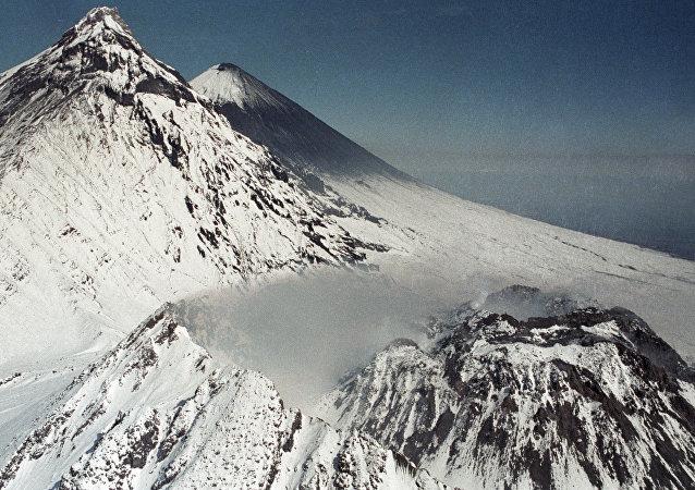 Кратер вулкана Безымянный и вулкан Ключевская сопка.