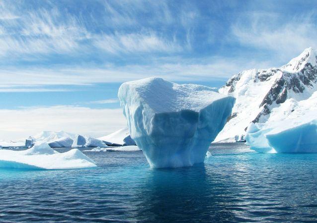 南极一座相当于两个纽约大的冰山断裂