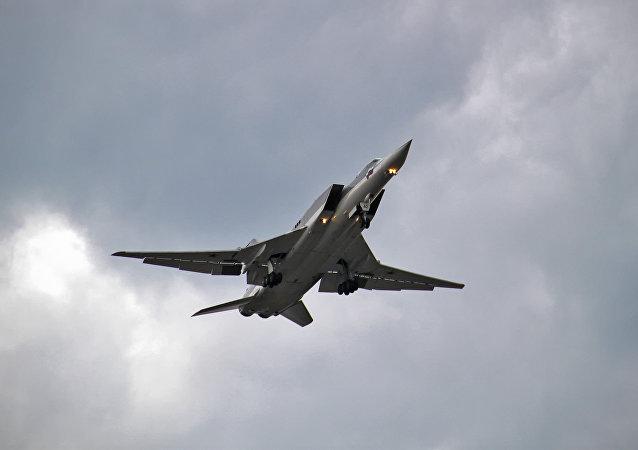 俄六架图-22轰炸机在演习期间于白俄罗斯上空执行飞行任务