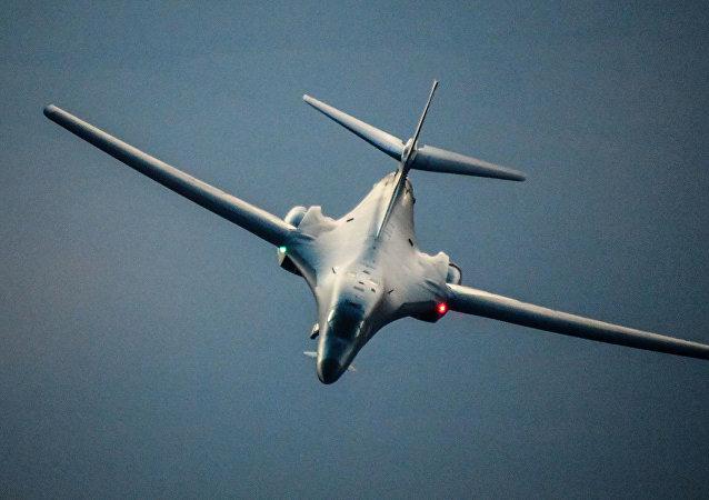美国空军轰炸机在叙利亚领空