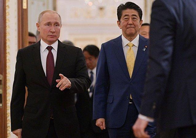 日本外务省:普京带安倍参观其在克里姆林宫的办公室