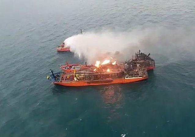 黑海两艘油轮上的火势仍未停止