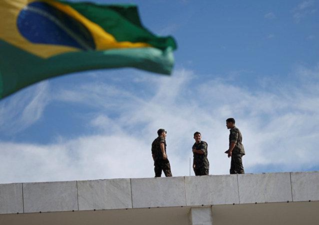 巴西国旗和巴西军人