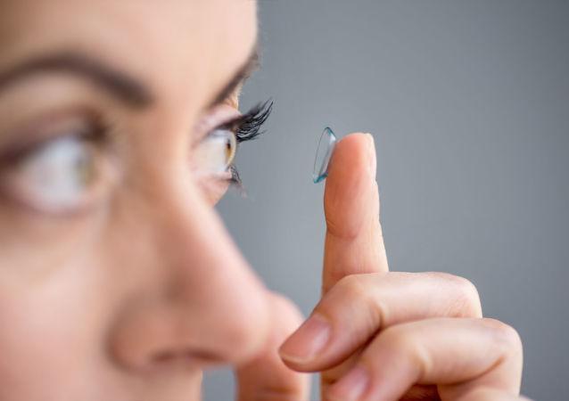 一英国女子因常戴隐形眼镜洗澡左眼失明