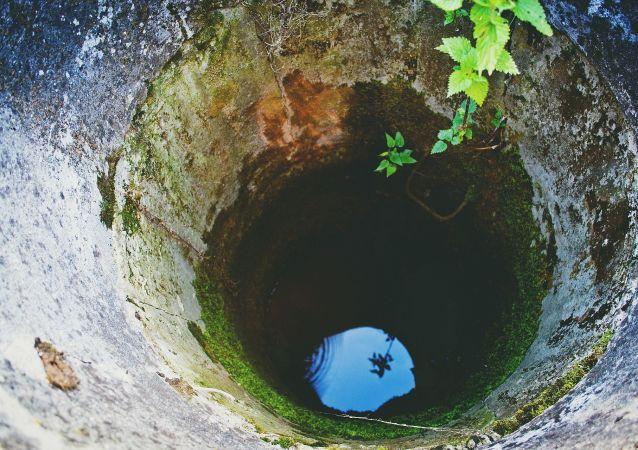 自拍的一家人掉进井里