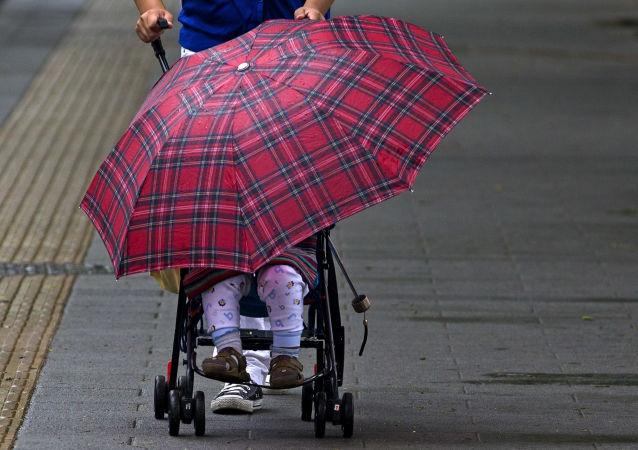敖德萨的大风把里面躺着孩子的婴儿车吹进大海