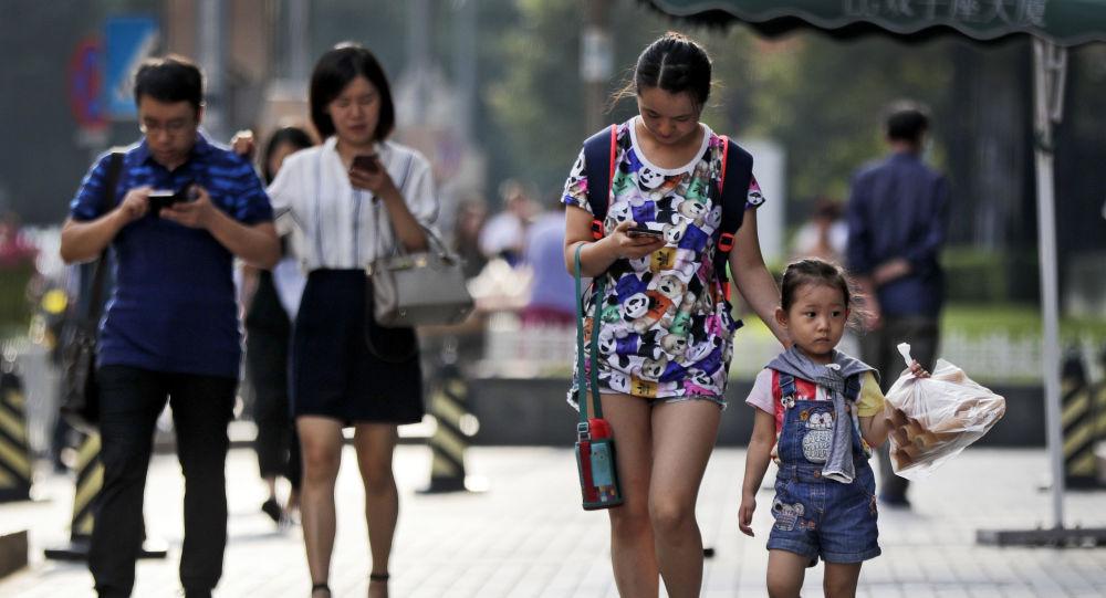 中国教育部出台文件 中小学生原则上不得将手机带入校园