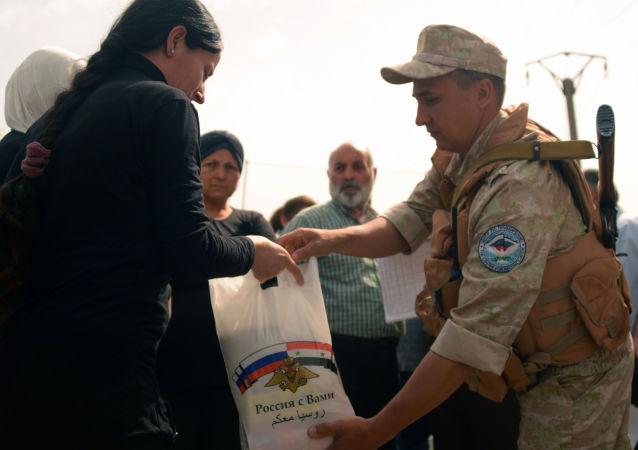 俄军在叙东古塔和德拉省开展人道主义救援行动