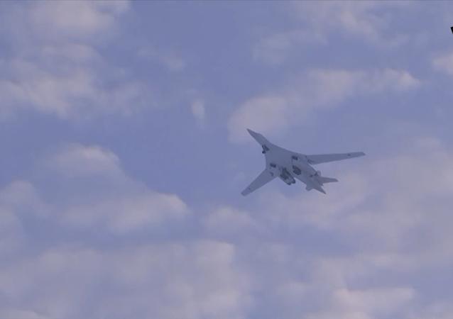 图-160飞越北极上空