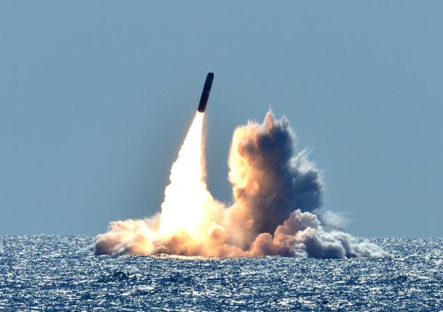 美国在核潜艇上测试三叉戟II型弹道导弹