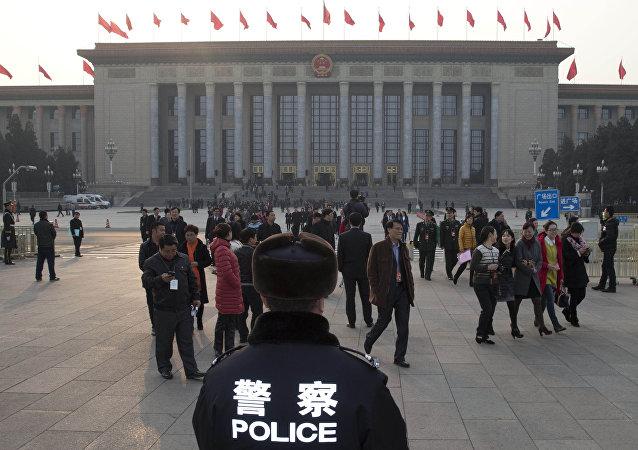 Полицейский на фоне Верховного народного суда Пекина.