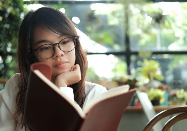中国的语文老师在接受俄罗斯卫星通讯社记者采访时表示,出现这种现象的根本原因在于语言教育、阅读习惯的缺失。