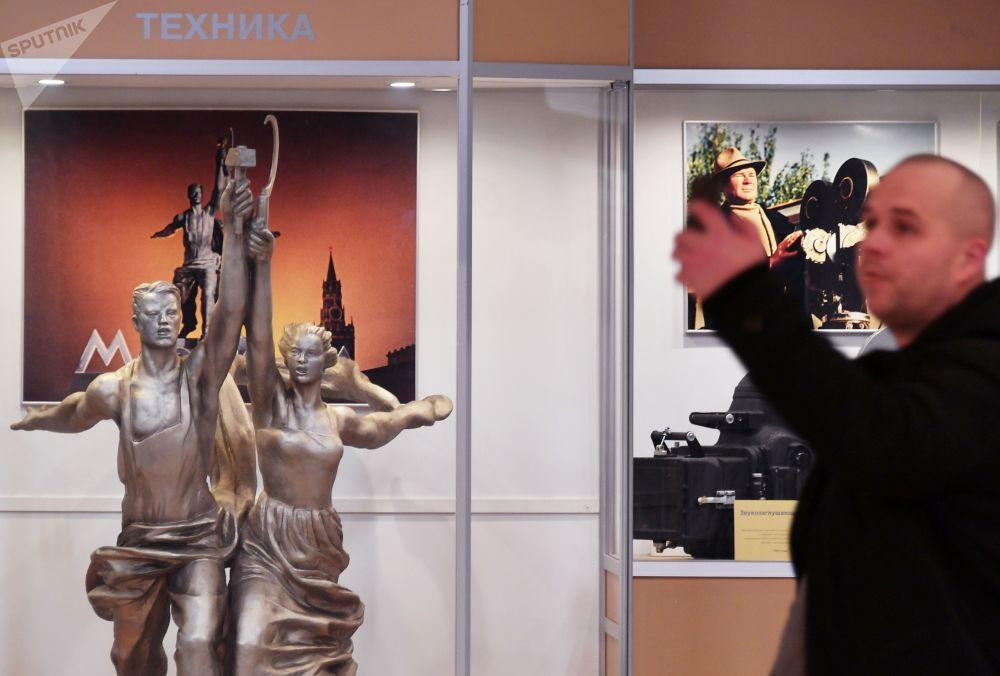 一名男子在莫斯科电影制片厂主馆内拍照留影