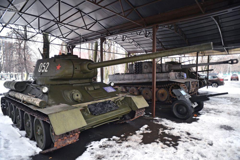 莫斯科电影制片厂厂区内的装甲车展示