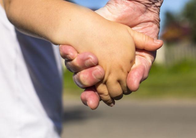 中国为美国家庭提供最多的儿童收养源。20年来,美国公民共领养了12万名中国儿童。