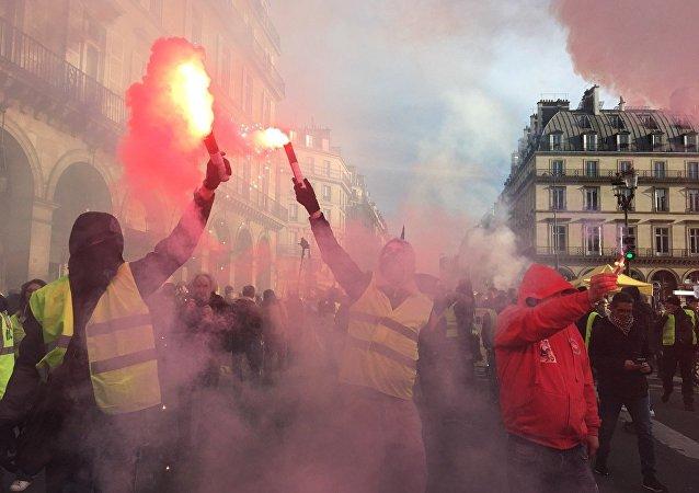 巴黎的抗议活动开始出现骚乱