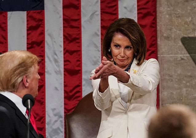 媒体称国会上佩洛西为特朗普的掌声成网红事件