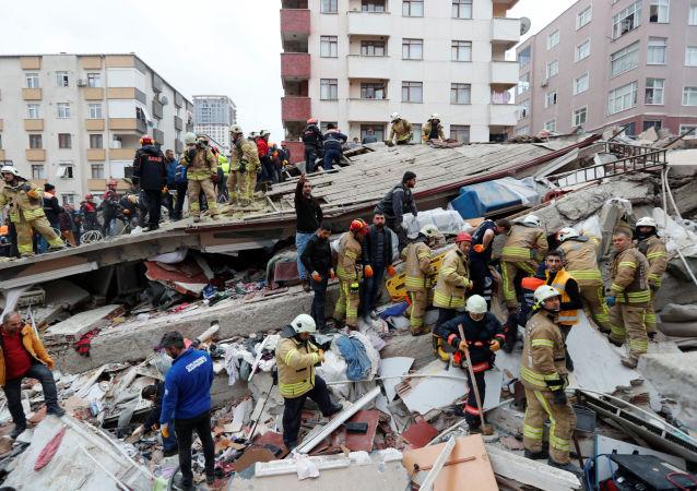土内政部长:伊斯坦布尔楼房倒塌造成的死亡人数升至21人