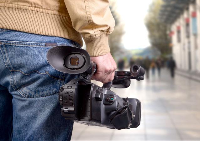 摄影师在直播中把镜头对准女支持人的胸部