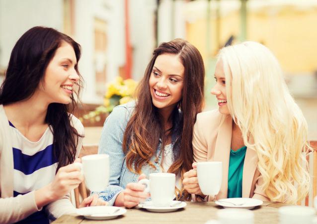 Девушки разговаривают в кафе