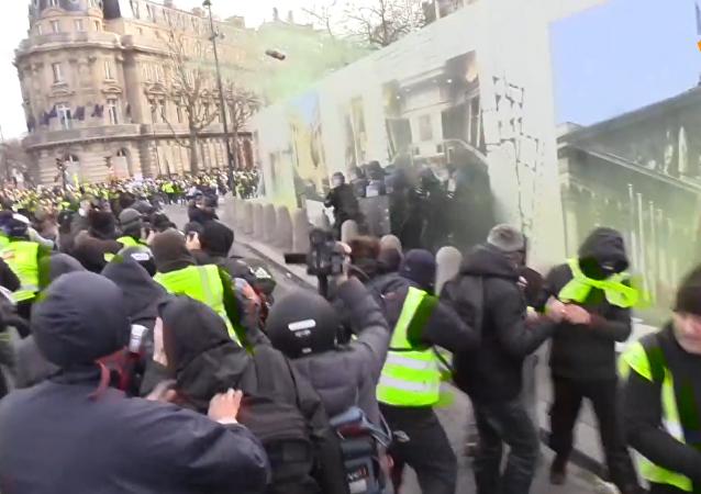 """巴黎""""黄背心""""抗议活动"""