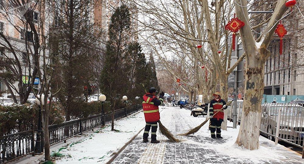 北京21日迎来入冬首场降雪 首都机场和大兴机场启动飞机定点除冰