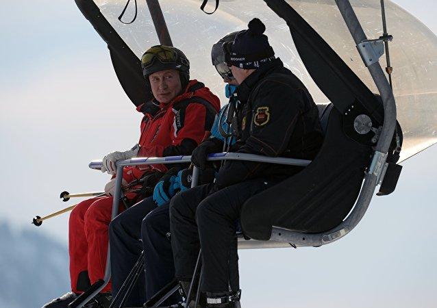 俄罗斯总统弗拉基米尔∙普京与白俄罗斯总统亚历山大∙卢卡申科及卢卡申科的儿子尼古拉在滑雪。
