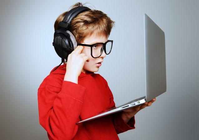 报告:俄罗斯儿童开始使用网络的平均年龄为4-5岁