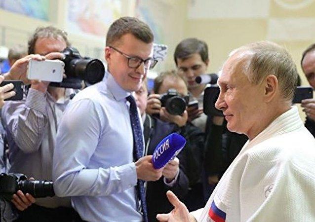 普京在索契与柔道运动员训练中手指受伤